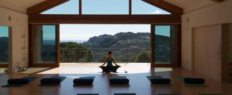 Villa Pi Blau Woman in Yoga Studio